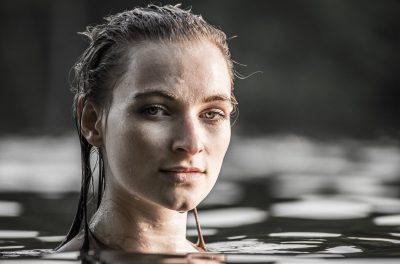 Das Bild ist ein Portrait im Wasser. Location: Schlachtensee. Model: Lydia
