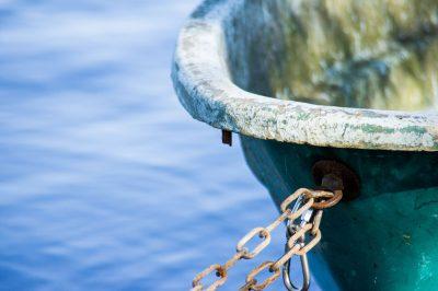 Die kleinen Dinge im Leben - Das Bild zeigt ein angegettetes Boot