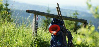 Das Bild zeigt einen Rucksack in der Landschaft