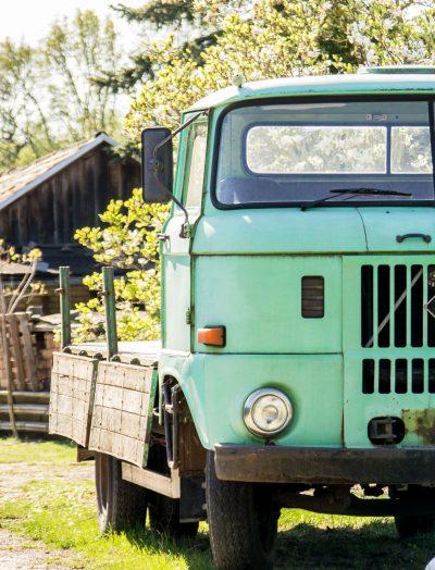 Die kleinen Dinge im Leben - Das Bild zeigt einen alten, grünen Lastwagen